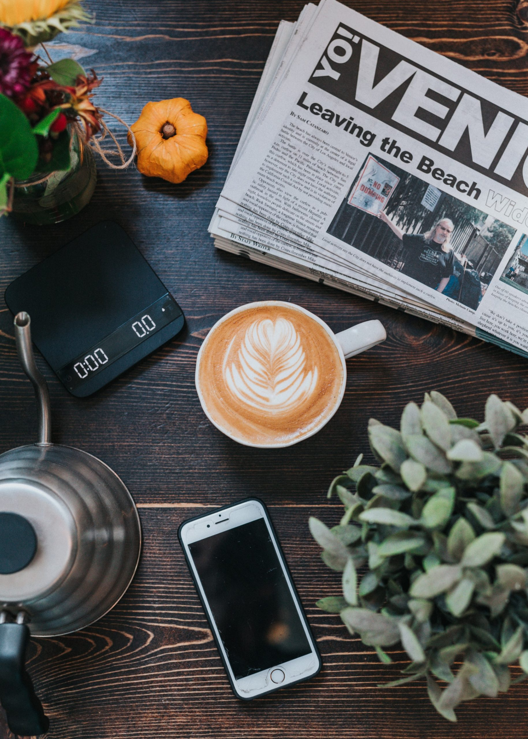 iphone-newspaper-coffee